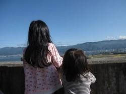 諏訪湖SAで湖をながめるチャコとトウコ